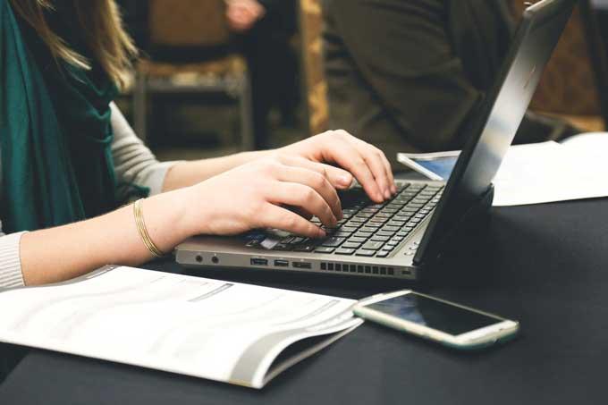 パソコンで入力する女性