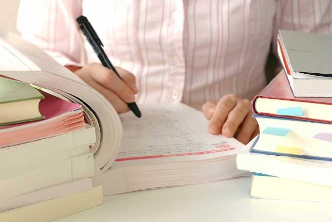 本で勉強する女性